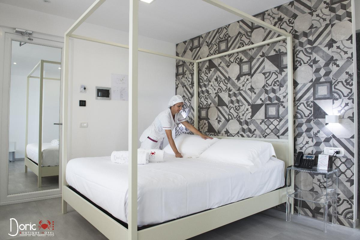Queen Panoramic Doric Bed Boutique Hotel